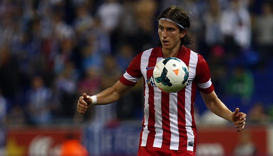 Filipe Luis controla el balón durante el partido