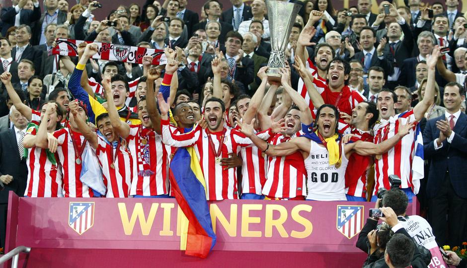 Temporada 11/12. Final Europa League. Todo el equipo posando con la copa de la Uefa en Estadio de Estambul en el palco
