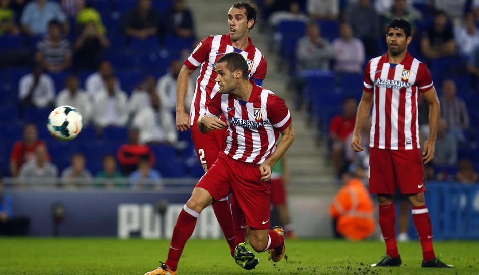 Mario Suárez y Godín entrando a rematar un balón