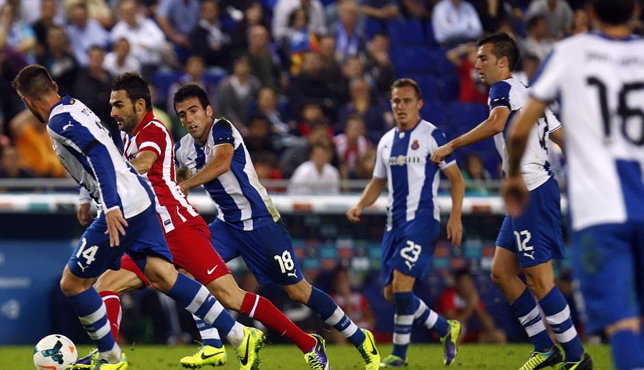 Adrián conduce el balón rodeado de jugadores del Espanyol