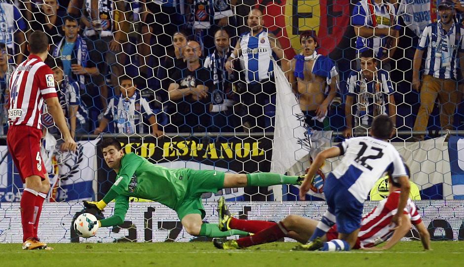 Courtois realiza una parada tras un disparo de un jugador del Espanyol