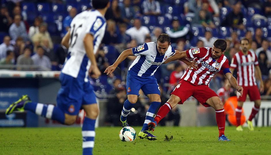 Gabi lucha por la posesión del balón con un jugador del Espanyol