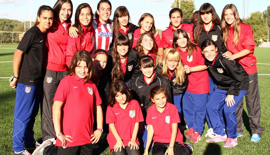 Temporada 2013-2014. Varias jugadoras de las categorías inferiores junto a Laura Ortega
