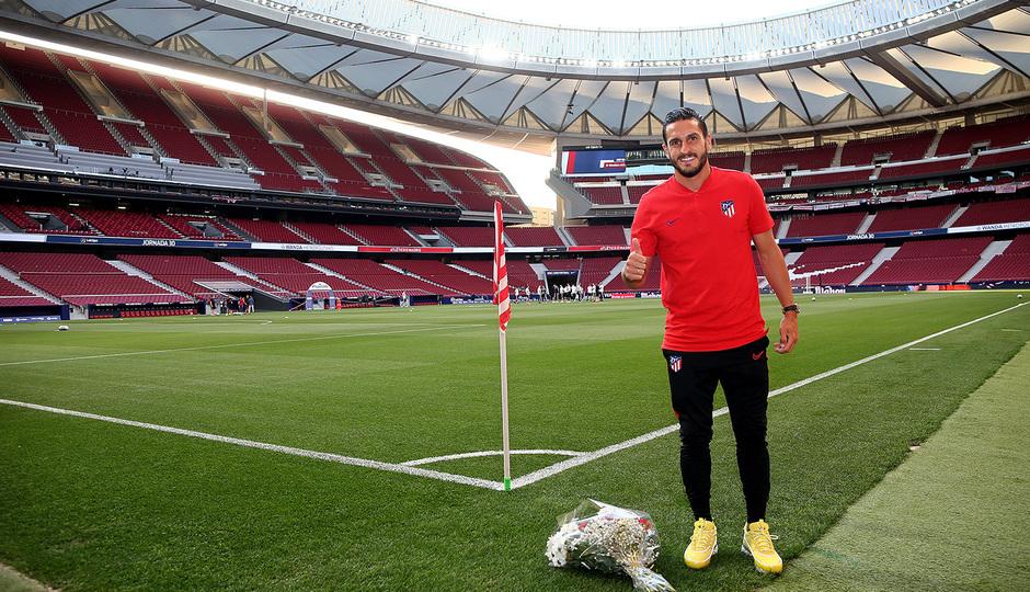 Temporada 19/20 | Atleti - Valladolid | Koke con el ramo de Margarita