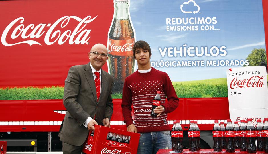 Temporada 13/14. Acto Cocacola. Óliver posando con su botella