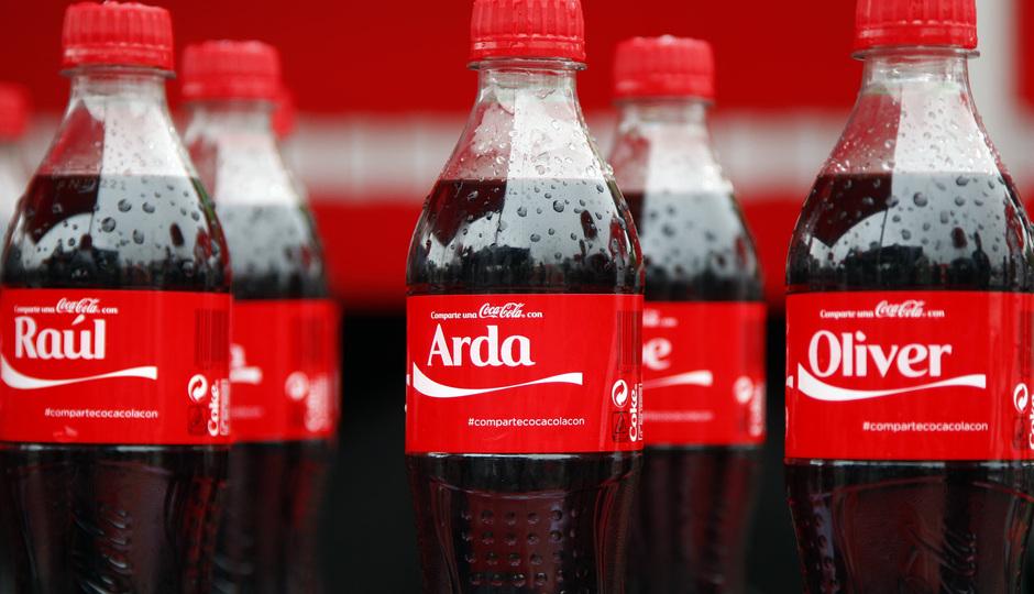 Temporada 13/14. Acto Cocacola. Botellas de Coca Cola con los nombres de varios jugadores