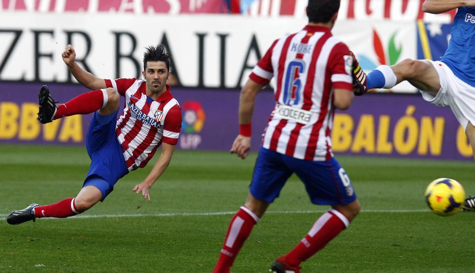 Temporada 2013/2014. Atlético de Madrid - Athletic. Remate de volea de David Villa para abrir el marcador.
