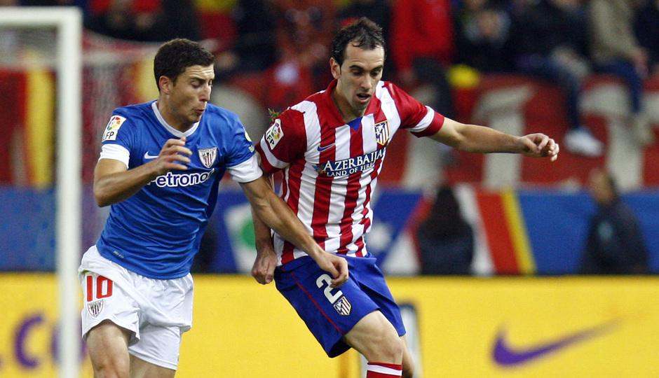 Temporada 20132-2014. Partido Atlético de Madrid- Bilbao, Godín luchando un balón