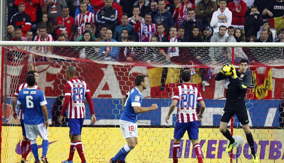 Temporada 20132-2014. Partido Atlético de Madrid- Bilbao, Courtois atrapando un balón