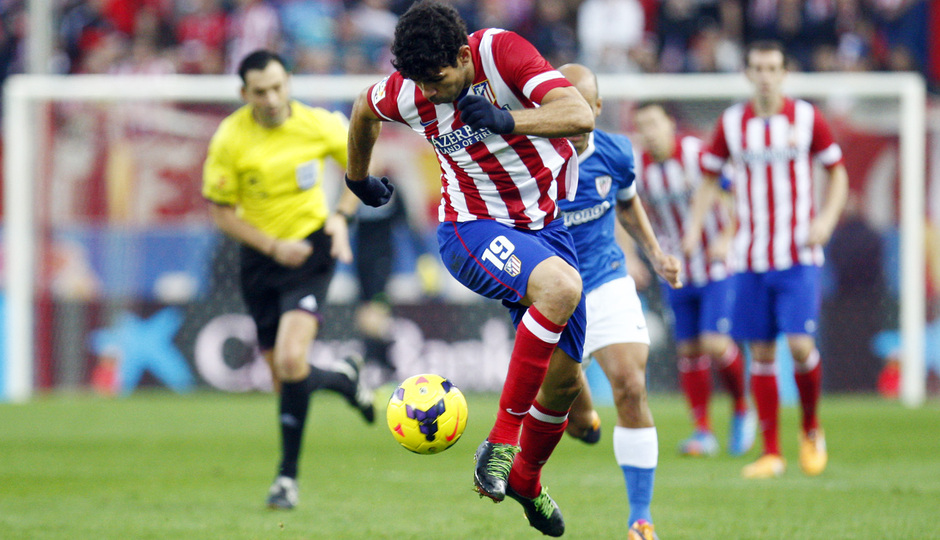 Temporada 20132-2014. Partido Atlético de Madrid- Bilbao, Costa controlando un balón