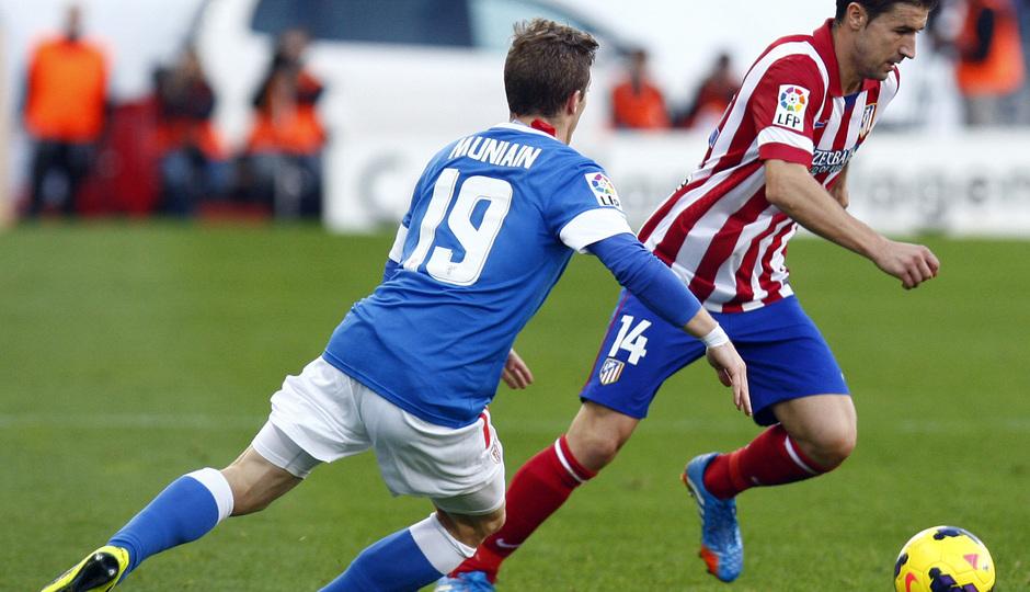 Temporada 20132-2014. Partido Atlético de Madrid- Bilbao, Gabi regateando a un rival