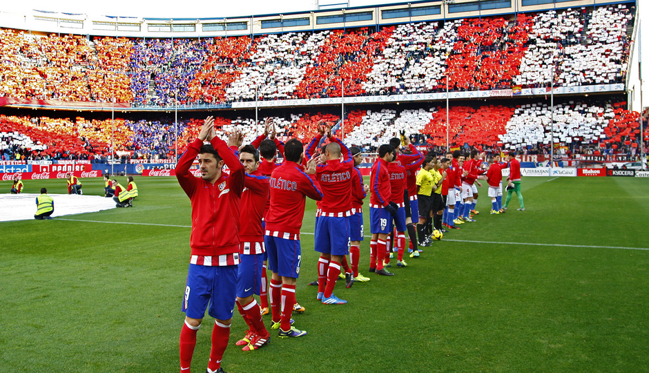 Temporada 20132-2014. Partido Atlético de Madrid- Bilbao, titulares con tifo de fondo