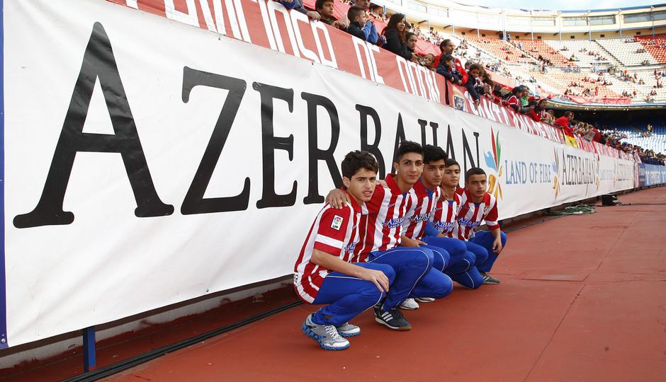 Los niños de Azerbaiján se fotografiaron con la publicidad de su país