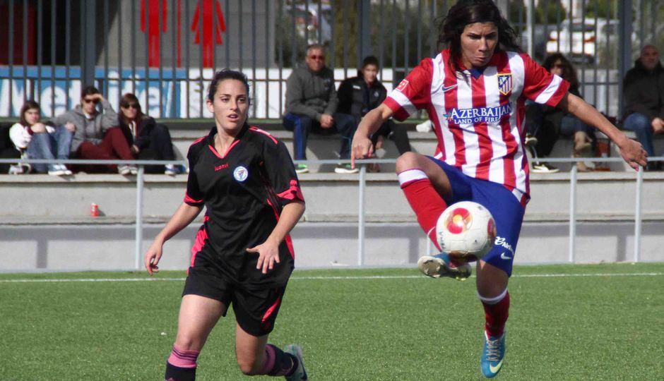 Temporada 2013-2014. Ana Borges controla el esférico dentro del área
