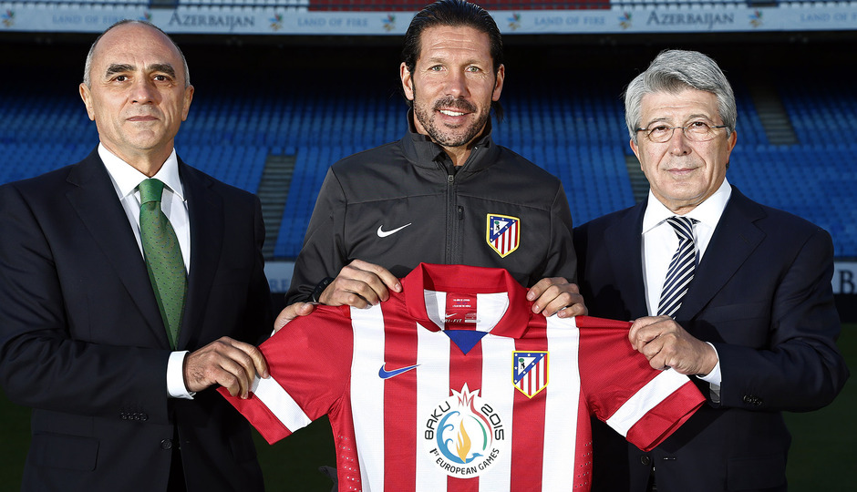 Enrique Cerezo, Simeone y el embajador azerí en España, con la camiseta que lució el equipo contra el Getafe