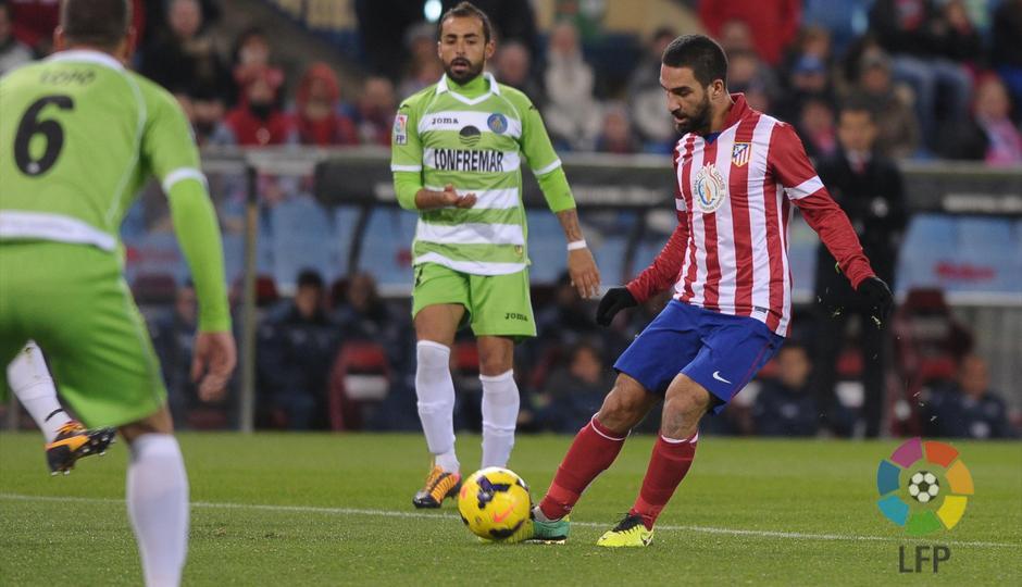 Temporada 2013/2014. Atlético de Madrid - Getafe. Arda da un pase.