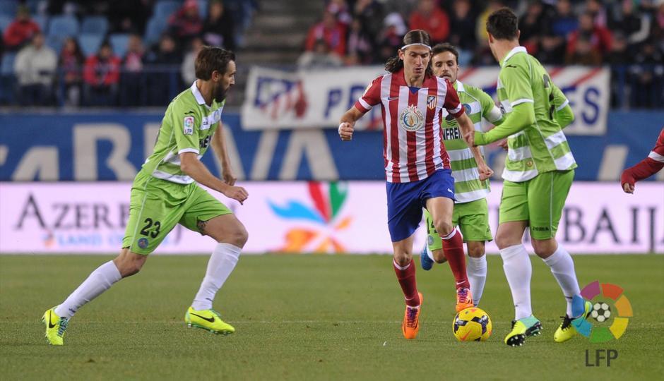 Temporada 2013/2014. Atlético de Madrid - Getafe. Filipe Luis conduciendo entre jugadores rivales