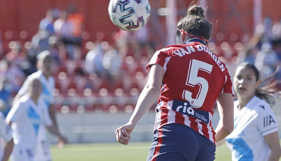 Van Dongen hizo el primer gol del partido con este cabezazo