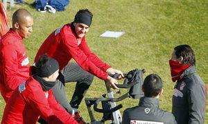 Temporada 13/14. Entrenamiento Majadahonda. Villa, Koke y Miranda realizando ejercicios de bici