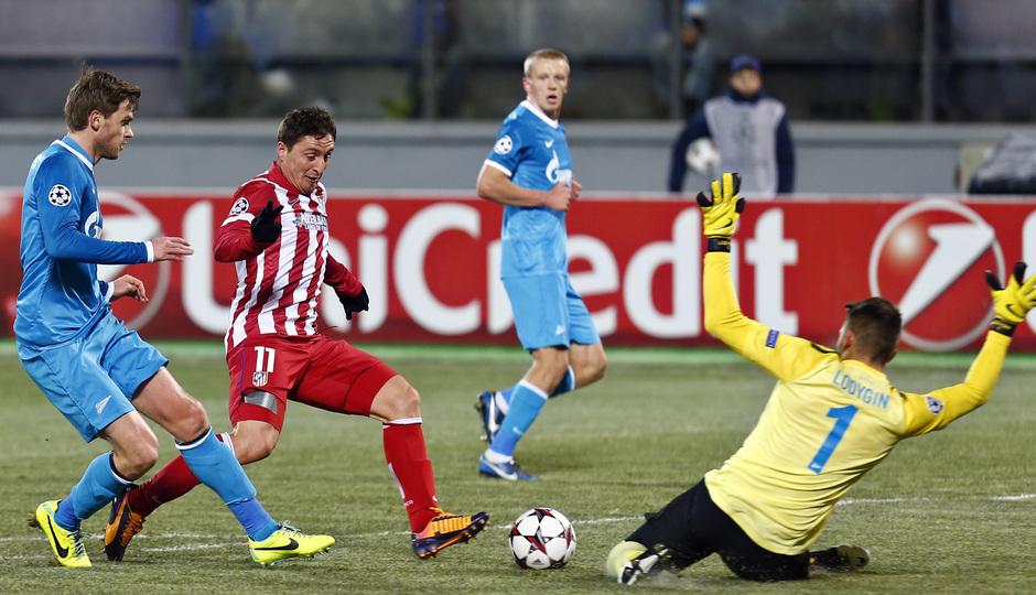 Temporada 13/14. Champions League. Zenit - Atlético de Madrid. Cristian Rodriguez encara al portero