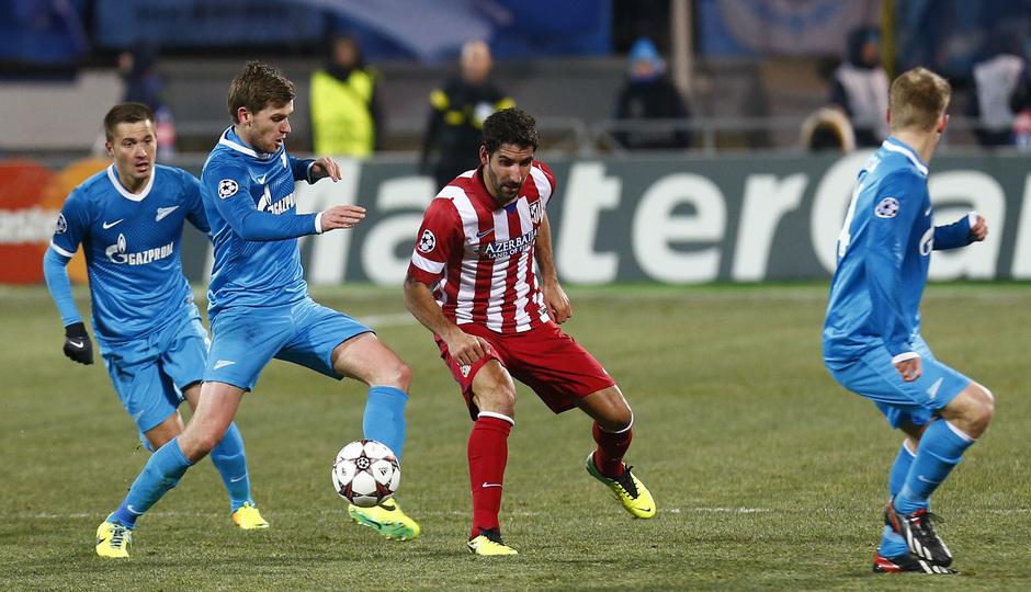 Temporada 13/14. Champions League. Zenit - Atlético de Madrid. Raúl García dando un pase
