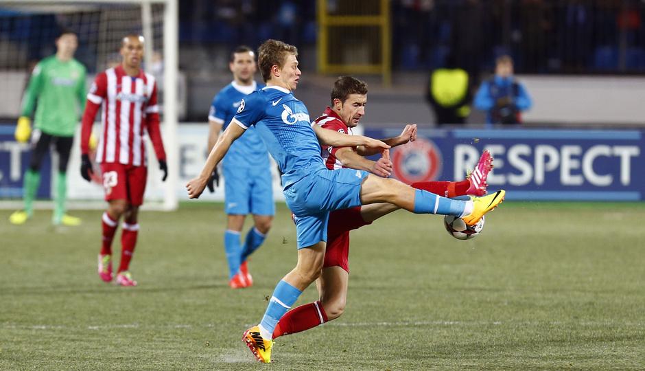 Temporada 13/14. Champions League. Zenit - Atlético de Madrid. Gabi pelando por la posesión del balón