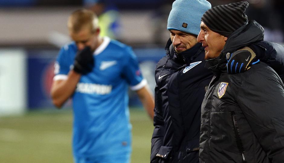 Cristian Rodríguez es felicitado por el segundo técnico del Zenit por su reciente paternidad