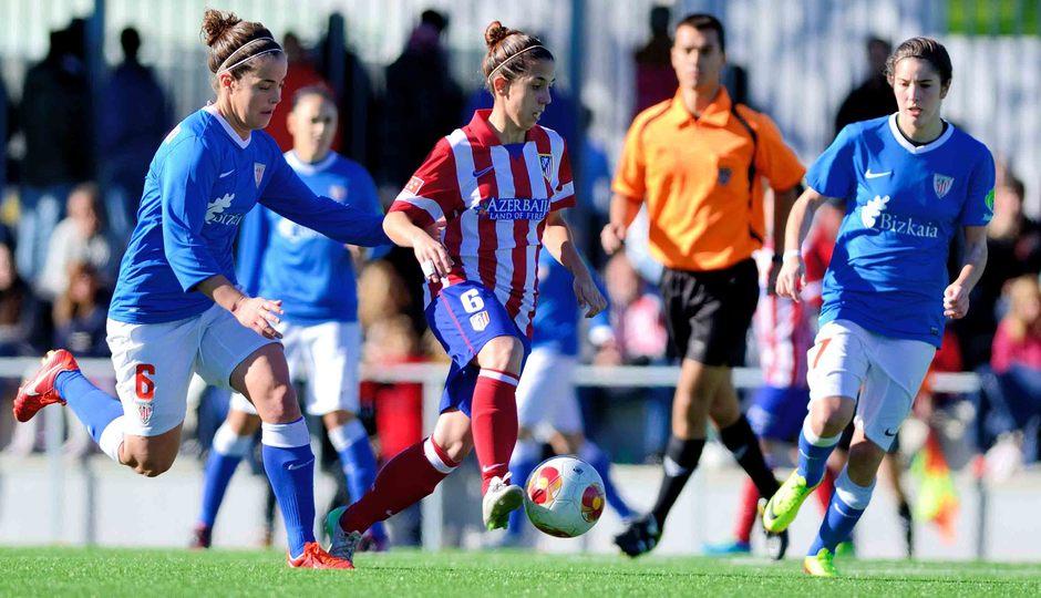 Temporada 2013-2014. Nagore rodeada de varias futbolistas del Athletic