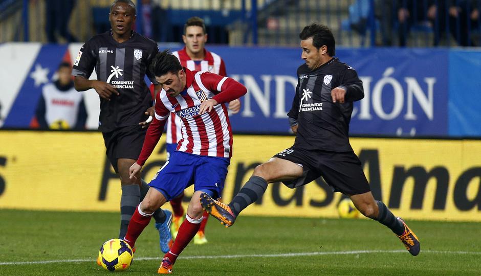 temporada 13/14. Partido Atlético de Madrid- Levante. Villa con el balón