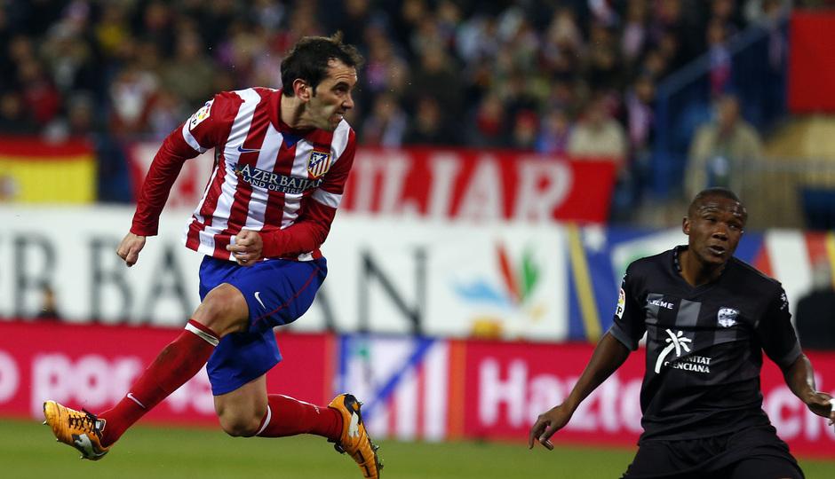 temporada 13/14. Partido Atlético de Madrid- Levante.  Godín marcando gol de cabeza