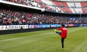 temporada 13/14. Equipo entrenando en el Calderón. Óliver lanzando un balón a la afición