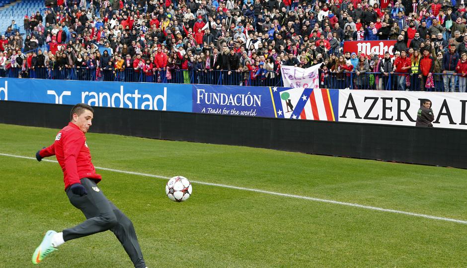 temporada 13/14. Equipo entrenando en el Calderón. Giménez lanzando un balón a la afición