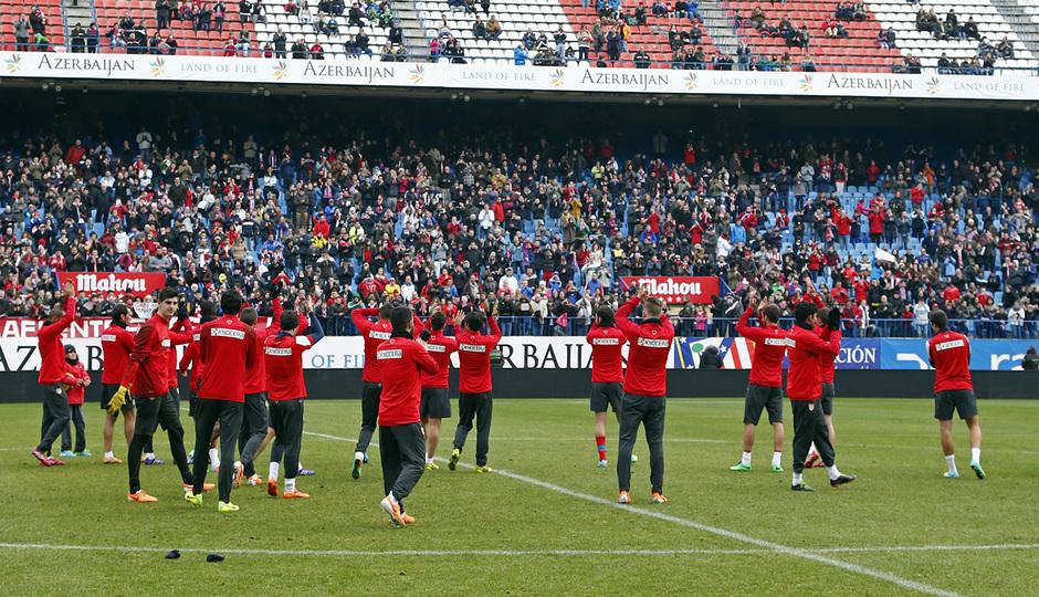 temporada 13/14. Equipo entrenando en el Calderón.Jugadores aplaudiendo a la afición tras el entrenamiento