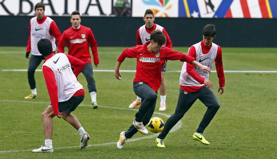 temporada 13/14. Equipo entrenando en el Calderón. Canteranos luchando un balón el entrenamiento