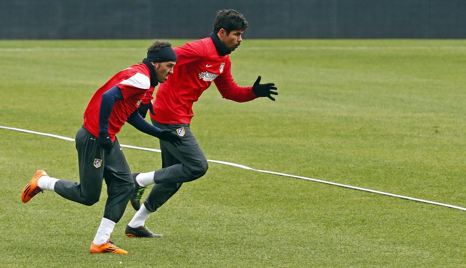 temporada 13/14. Equipo entrenando en el Calderón. Villa y Diego Costa corriendo durante el entrenamiento