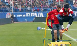 temporada 13/14. Equipo entrenando en el Calderón.  Villa saltando durante el entrenamiento