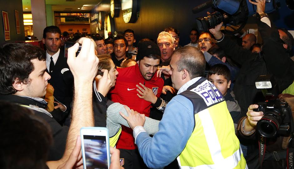 Los aficionados rodean a Villa a su llegada a Málaga