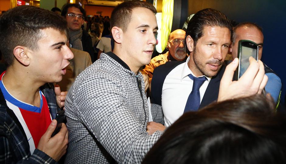 Los aficionados abrazan a Simeone a su llegada a Málaga