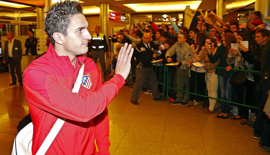 Koke saluda a los aficionados congregados a la llegada a Málaga