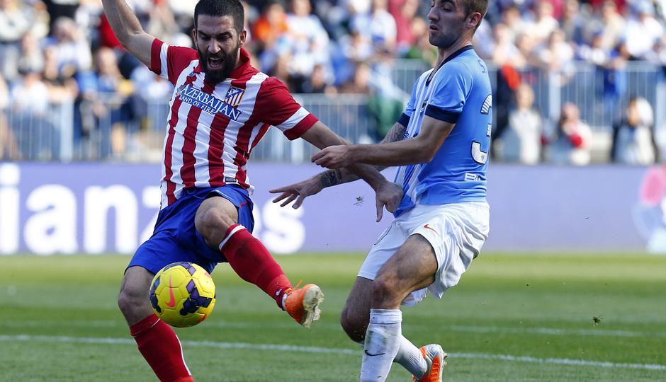 Temporada 13/14 Liga BBVA Málaga - Atlético de Madrid. Control de balón de Arda Turan.