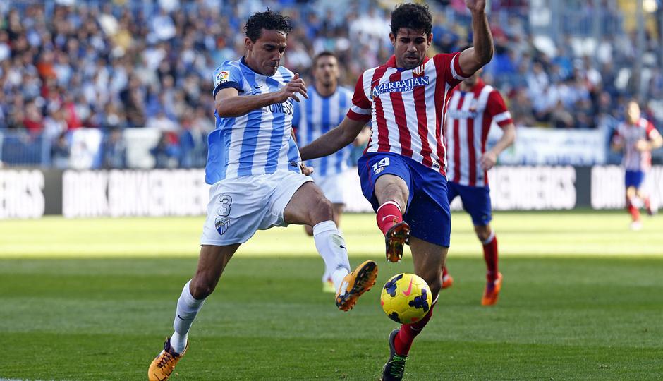 Temporada 13/14 Liga BBVA Málaga - Atlético de Madrid. Diego Costa pelea un balón.