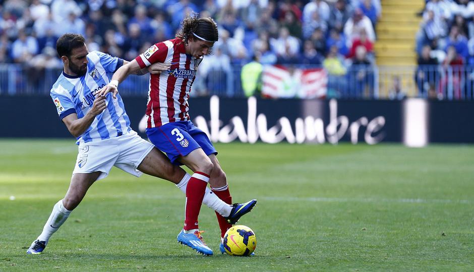 Temporada 13/14 Liga BBVA Málaga - Atlético de Madrid. Filipe Luis protege el balón en banda.