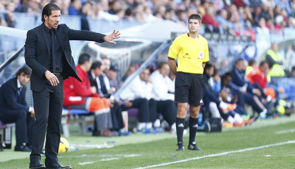 Temporada 13/14 Liga BBVA Málaga - Atlético de Madrid. Simeone da órdenes desde el banquillo.