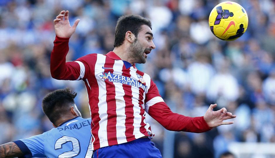 Temporada 13/14 Liga BBVA Málaga - Atlético de Madrid. Adrián cabecea un balón.
