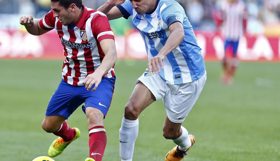 Temporada 13/14 Liga BBVA Málaga - Atlético de Madrid. Koke protege el balón ante Weligton.