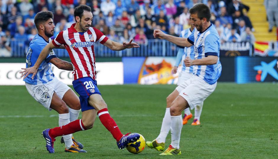 Temporada 13/14 Liga BBVA Málaga - Atlético de Madrid. Juanfran, entre dos rivales.