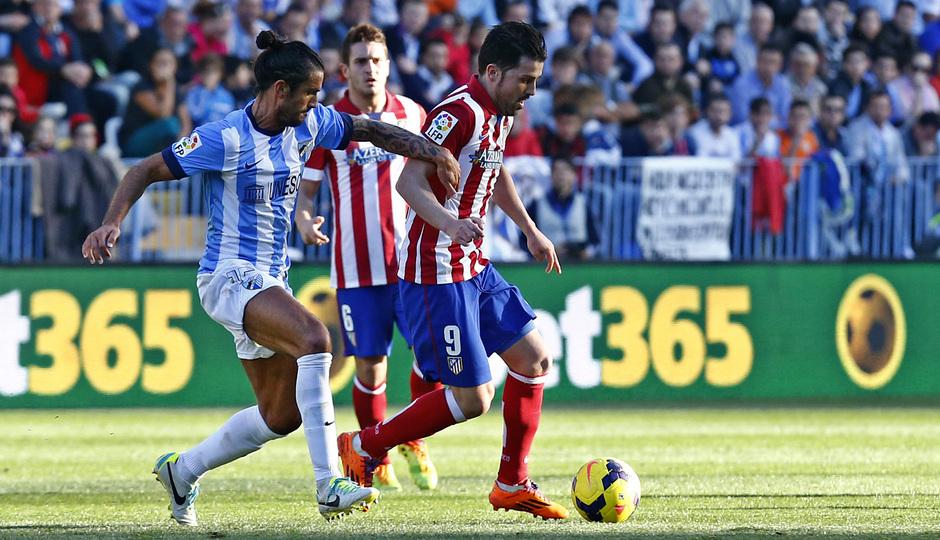 Temporada 13/14 Liga BBVA Málaga - Atlético de Madrid. David Villa protege el balón.