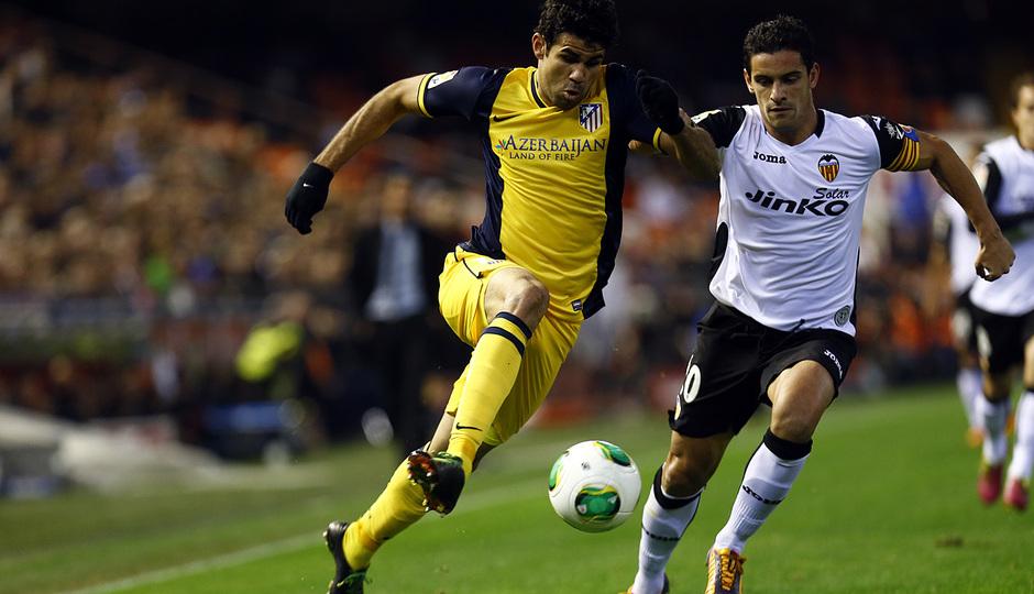 Temporada 13/14 Liga BBVA Valencia - Atlético de Madrid. Diego Costa se marcha con potencia de su oponente.