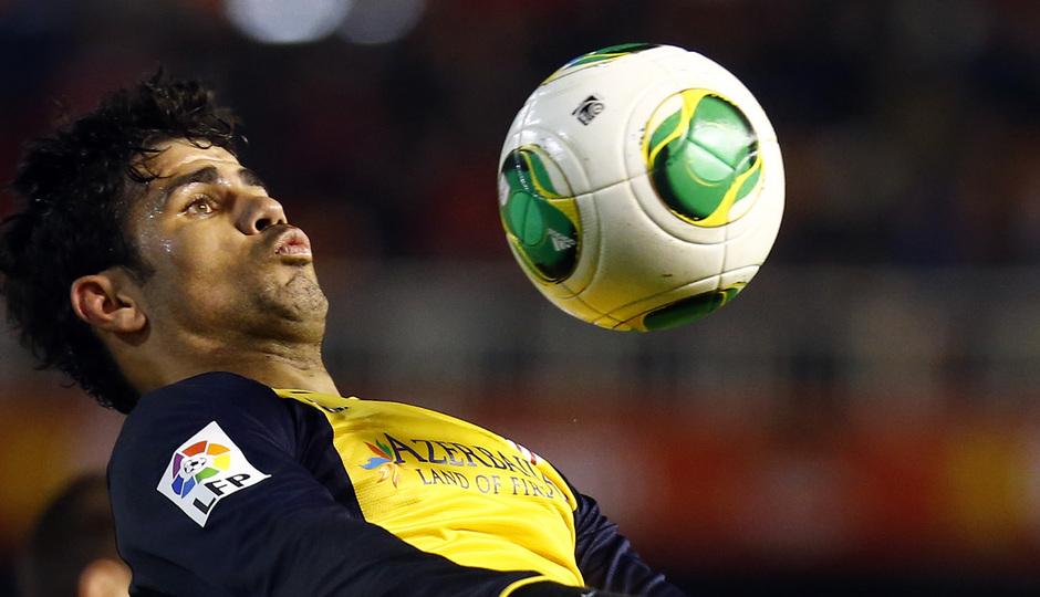 Temporada 13/14 Copa del Rey. Valencia - Atlético de Madrid. Control de pecho de Diego Costa.
