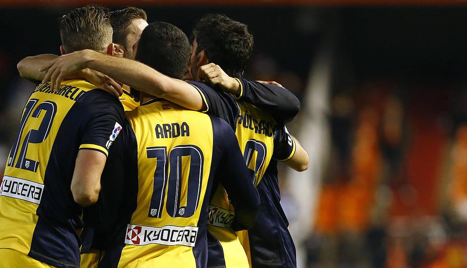 Temporada 13/14 Copa del Rey. Valencia - Atlético de Madrid. Piña para celebrar el gol.